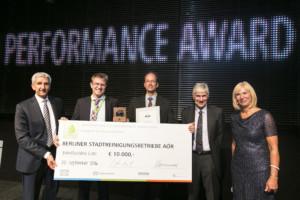 Eco Performance Award 2016 (kategorie: velké společnosti) - Dr Alexander Hufnagl (DKV Euro Service), Wolfgang Wüllhorst (Berliner Stadtreinigungsbetriebe), Wilhelm Winkelmann (Berliner Stadtreinigungsbetriebe), Prof. Wolfgang Stölzle (předseda poroty Eco Performance Award) a host Gaby Papenburg. (foto: DKV)