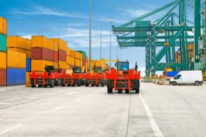 TractorMaster 280/75 R 22.5 / Hlavně ve velkých přístavech se často jezdí na delších trasách mezi lodí a prostorem pro skladování kontejnerů – a vozidla jsou extrémně zatížena / Foto zdroj: Continental Barum s.r.o.