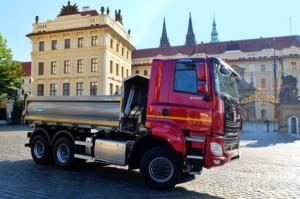 Kardinál Dominik Duka před Pražským hradem slavnostně požehnal automobilu TATRA PHOENIX PRÄSIDENT / Foto zdroj: TATRA TRUCKS a.s.