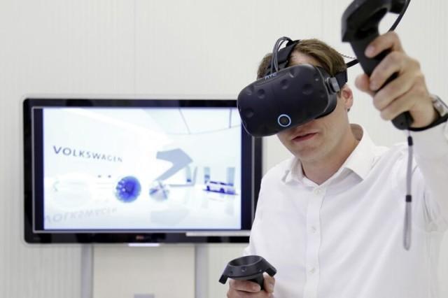 """Volkswagen Digital Reality Hub: Společná platforma virtuální reality pro koncern Volkswagen Dennis Abmeier, odborník na IT vtýmu """"Digitální reality"""" vkoncernové pracovní skupině """"Digitální výrobní závod"""", ktomu říká: """"Vzájemná výměna znalostí je stejně důležitá jako jejich shromažďování. Prostřednictvím platformy 'Volkswagen Digital Reality Hub' mají zaměstnanci možnost využívat již dostupné prvky virtuální reality, jakož i dostupné znalosti."""" / Foto zdroj: Porsche Česká republika s.r.o."""