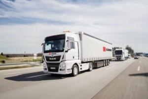 Konvojová jízda kamionů ve větrném stínu snižuje produkci emisí CO2 a snižuje spotřebu paliva a to až o 10 %. / Foto zdroj: DB Schenker
