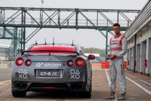 Nissan GT-R ovládaný jako první na světě herní konzolí dosáhl na okruhu Silverstone rychlosti vyšší než 210 km/h / Foto zdroj: NISSAN