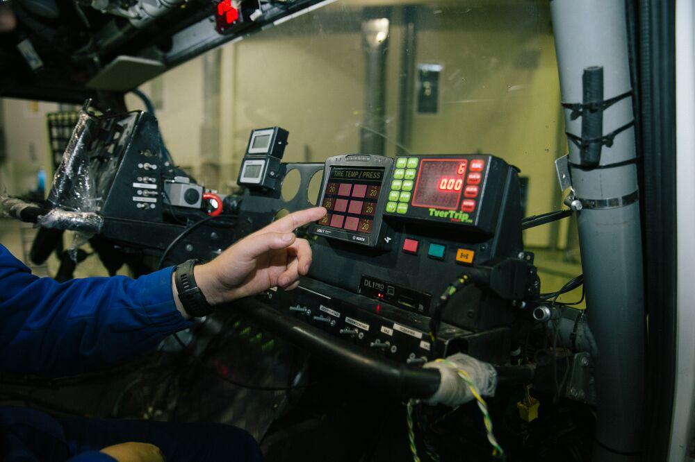 Instalace systému monitorování tlaku v pneumatikách ContiPressureCheck od společnosti Continental. / Foto zdroj: Continental