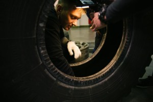 Montáž snímače pneumatiky, který průběžně měří tlak a teplotu v pneumatikách. / Foto zdroj: Continental
