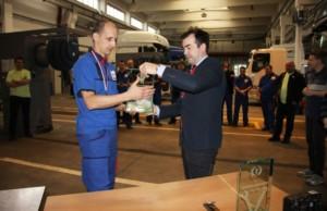 Ředitel společnosti DAF Trucks CZ a DAF Trucks SK pan Luděk Šlajer předává ocenění vítězovi Petrovi Valentovi. / Foto zdroj: DAF Trucks CZ, s.r.o.