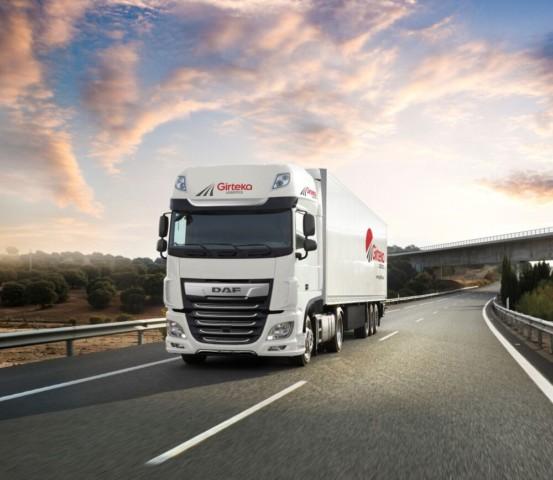 """Přední evropská přepravní společnost Girteka Logistics rozšiřuje svůj vozový park o 500 vozidel DAF XF. """"Společnost DAF překonala naše očekávání, protože představila nový model XF, jehož efektivita využití paliva se zvýšila nejméně o 7 %. To stanovilo nová měřítka v této kategorii."""" / Foto zdroj: DAF Trucks CZ, s.r.o."""