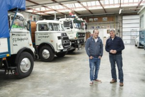 Frits Hoefnagels (vlevo) ajeho syn Nicky jsou hrdí na svůj vozový park složený zklasických vozidelDAF. / Foto zdroj: DAF Trucks CZ, s.r.o.