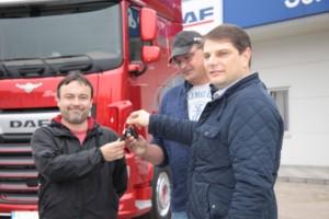 Posádce společnosti Nicotrans Davidu Vylíčilovi (vlevo) a Aleši Slezákovi (uprostřed) předává klíčky Daniel Petrovič, vedoucí pobočky DAF Trucks Praha v Českých Budějovicích. / Foto zdroj: DAF Trucks CZ, s.r.o.